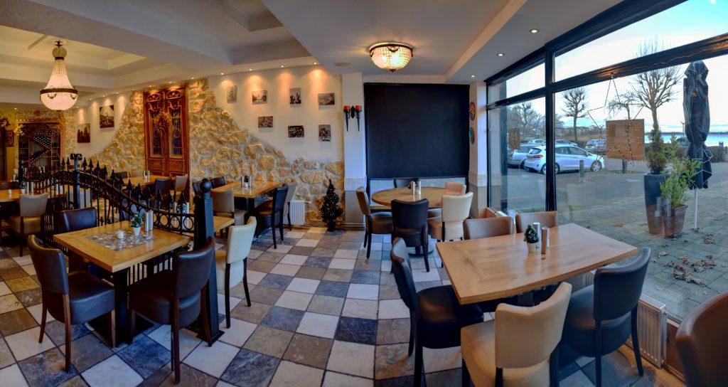Rechterzijde bij Grieks Restaurant El Greco Huizen